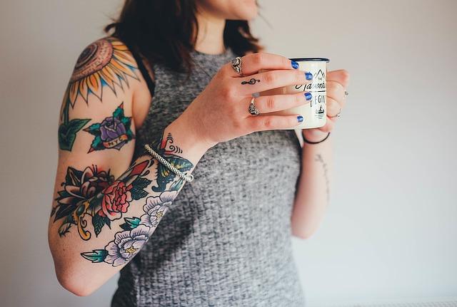 Tattoos und Piercings im Job